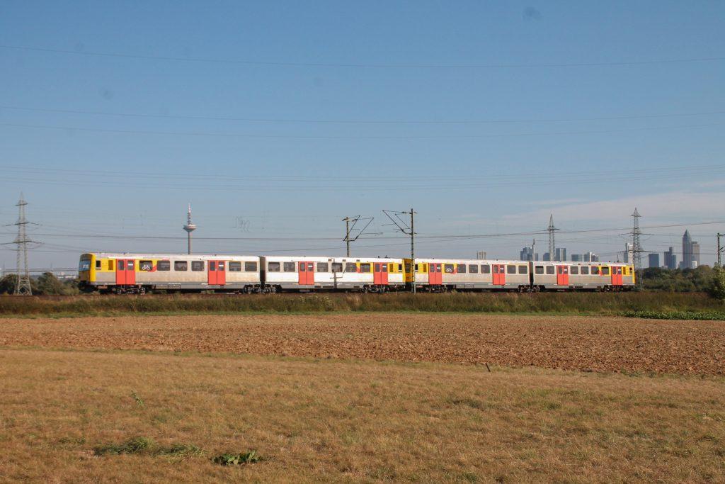 Zwei VT2E der HLB zieren die Frankfurter Skyline im Feld bei Weißkirchen auf der Homburger Bahn, aufgenommen am 29.09.2016.