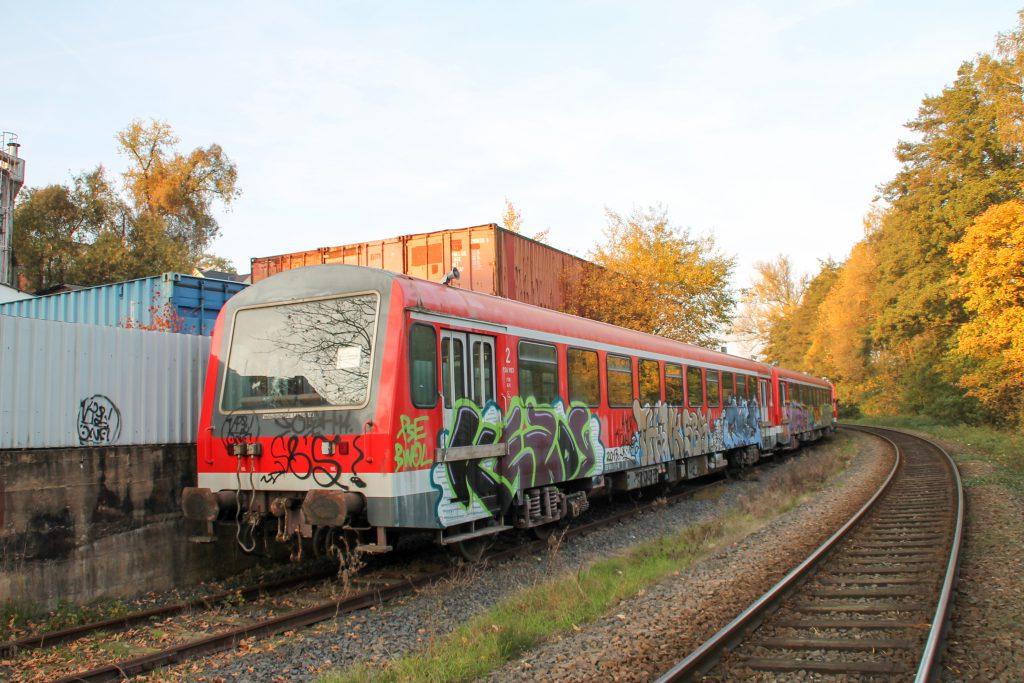 Auf der Kahlgrundbahn warten drei NE81 der Westfrankenbahn auf neue Einsätze, aufgenommen am 31.10.2015.