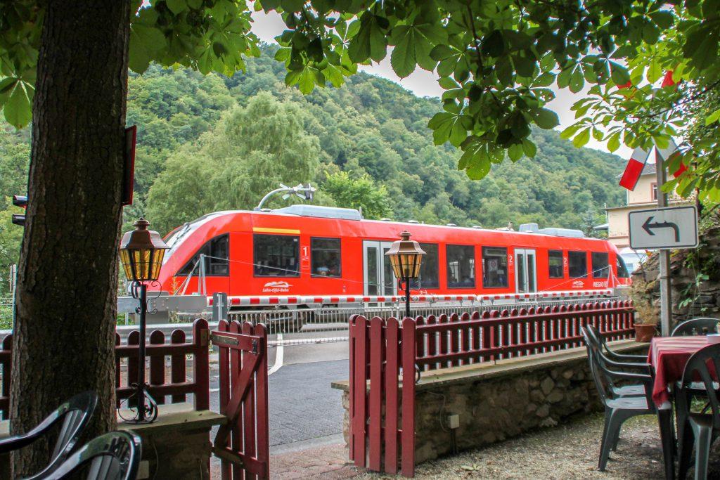Ein LINT der DB überquert den Bahnübergang in Balduinstein auf der Lahntalbahn, aufgenommen am 24.07.2016.