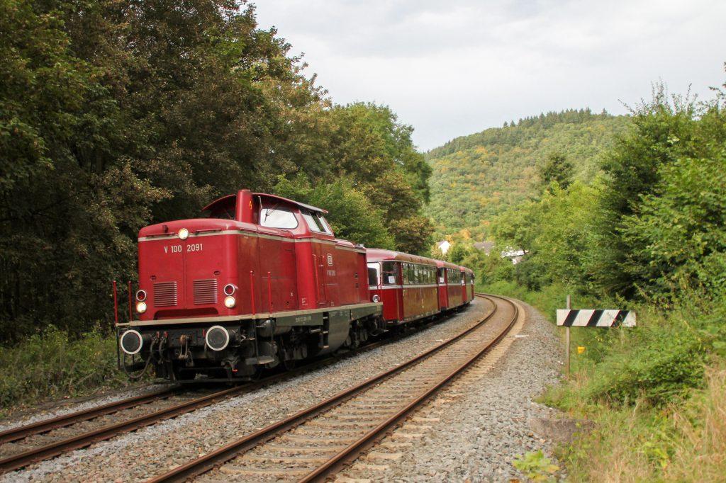V100 2091, 796 785, 998 271, 998 172 und 796 784 bei Friedrichssegen auf der Lahntalbahn, aufgenommen am 28.08.2016.