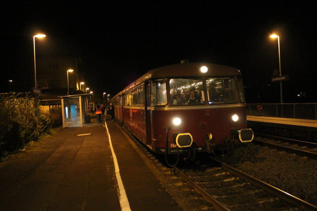 798 829 hält im Lahnbahnhof in Leun auf der Lahntalbahn, aufgenommen am 04.12.2014.