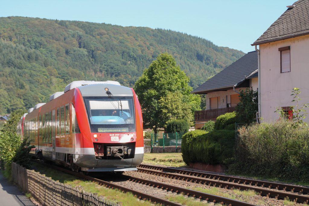 648 207 durcheilt Miellen auf der Lahntalbahn, aufgenommen am 28.08.2016.