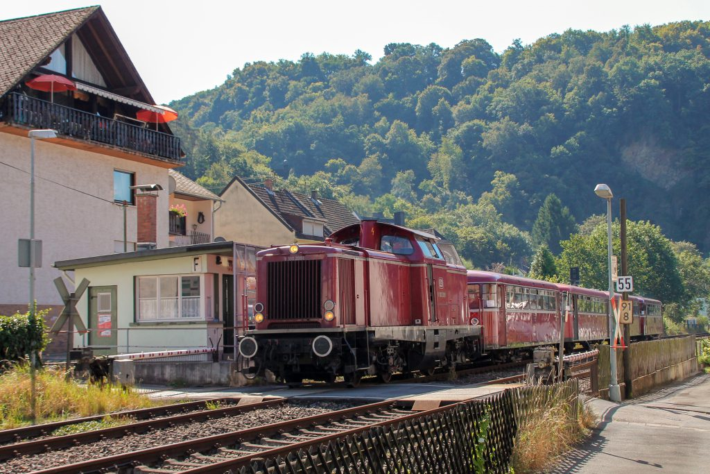 V100 2091, 796 784, 998 172, 998 271 und 796 785 am Posten 55 in Miellen auf der Lahntalbahn, aufgenommen am 28.08.2016.