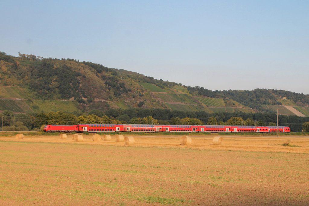 Eine 146 mit einem Zug aus Doppelstockwagen bei Namedy auf der linken Rheinstrecke, aufgenommen am 27.08.2016.