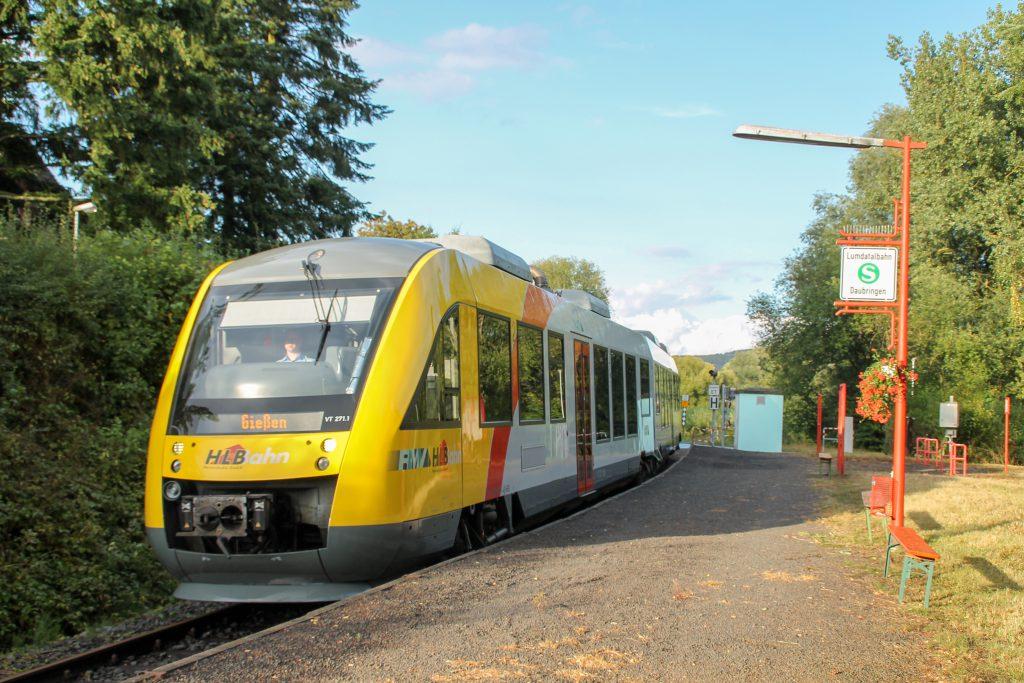 648 011 hält am Haltepunkt in Daubringen auf der Lumdatalbahn, aufgenommen am 04.09.2016.