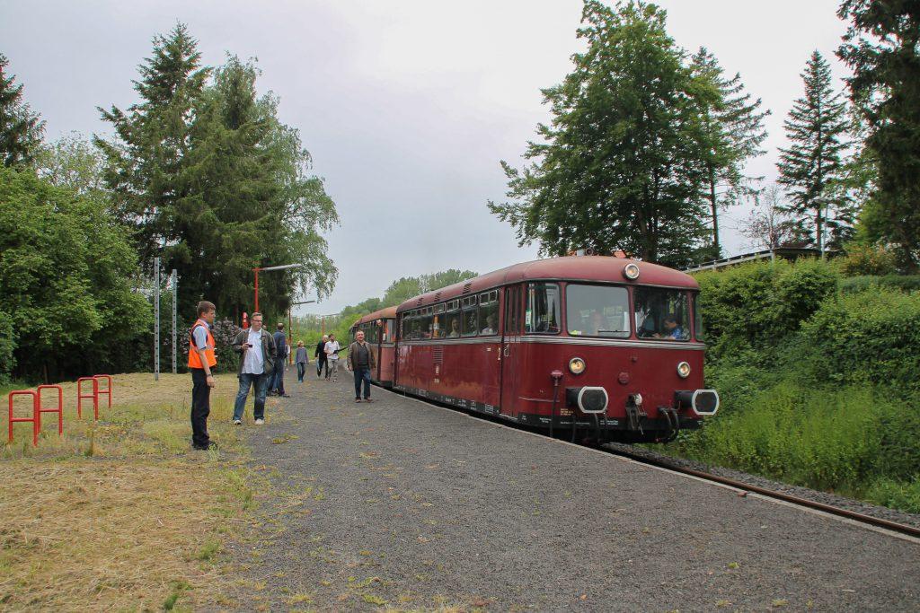 798 829, 996 310 und 996 677 der OEF halten am Haltepunkt Daubringen auf der Lumdatalbahn, aufgenommen am 25.05.2015.