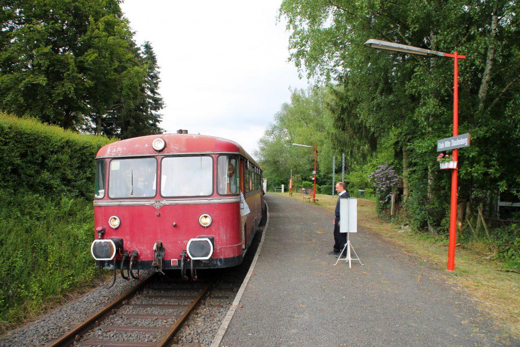 996 677, 996 310 und 798 829 der OEF halten am Haltepunkt Daubringen auf der Lumdatalbahn, aufgenommen am 25.05.2015.