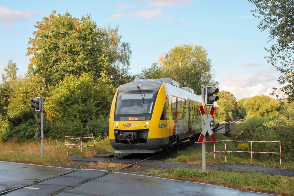 648 011 am Bahnübergang in Daubringen auf der Lumdatalbahn, aufgenommen am 04.09.2016.