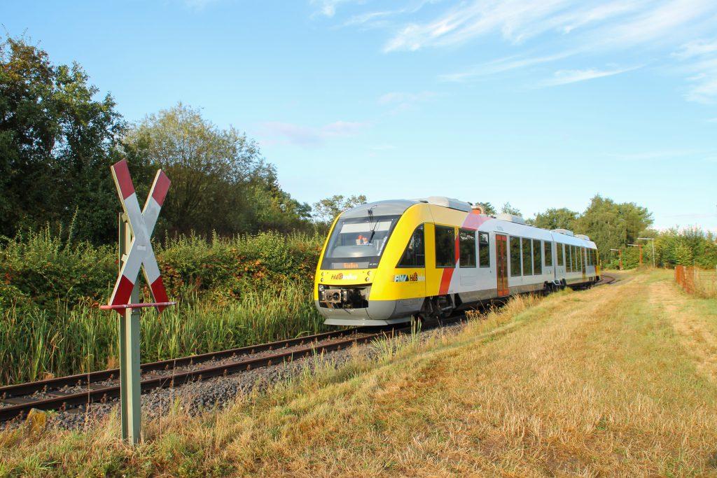 648 011 an einem unbeschranktem Bahnübergang in Daubringen auf der Lumdatalbahn, aufgenommen am 04.09.2016.