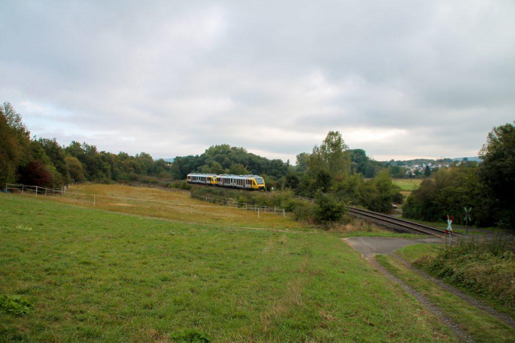 648 027 und 648 021 der HLB im Feld bei Daubringen auf der Lumdatalbahn, aufgenommen am 09.10.2016.