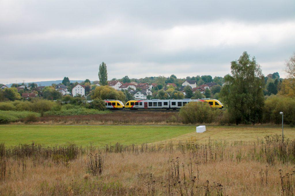 648 027 und 648 021 der HLB bei Daubringen auf der Lumdatalbahn, aufgenommen am 09.10.2016.