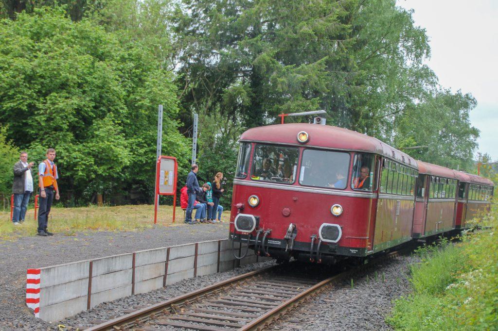 798 829, 996 310 und 996 677 halten am Haltepunkt Daubringen auf der Lumdatalbahn, aufgenommen am 25.05.2015.