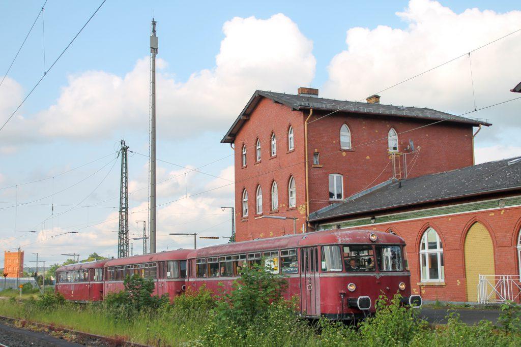 996 677, 996 310 und 798 829 halten im Bahnhof Lollar, aufgenommen am 25.05.2015.