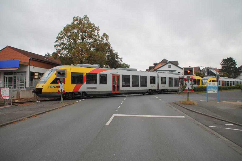 648 027 und 648 021 der HLB überqueren den Bahnübergang in Lollar auf der Lumdatalbahn, aufgenommen am 09.10.2016.