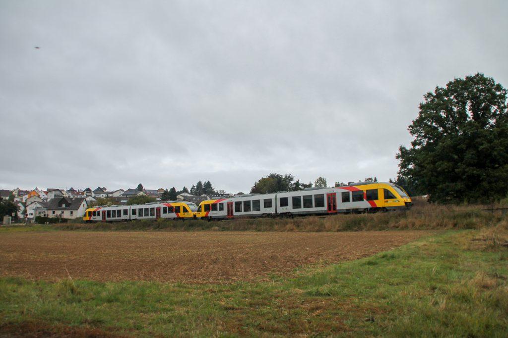 648 021 und 648 027 der HLB bei Lollar auf der Lumdatalbahn, aufgenommen am 09.10.2016.