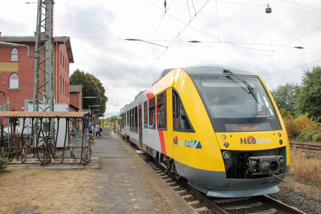 648 011 steht im Bahnhof Lollar, aufgenommen am 04.09.2016.