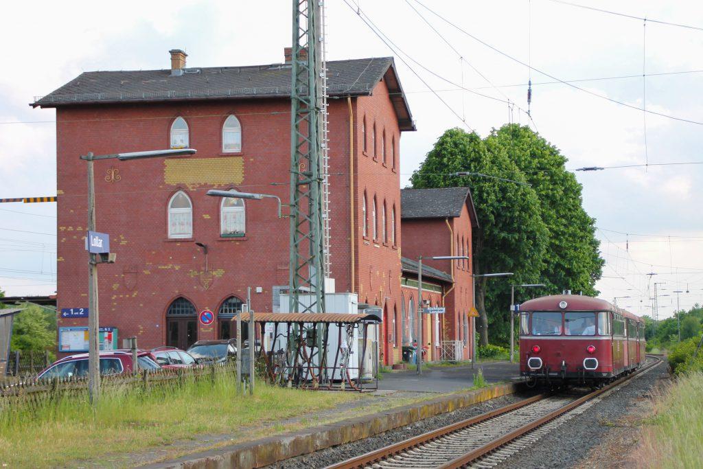996 677, 996 310 und 798 829 der OEF halten im Bahnhof Lollar, aufgenommen am 25.05.2015.