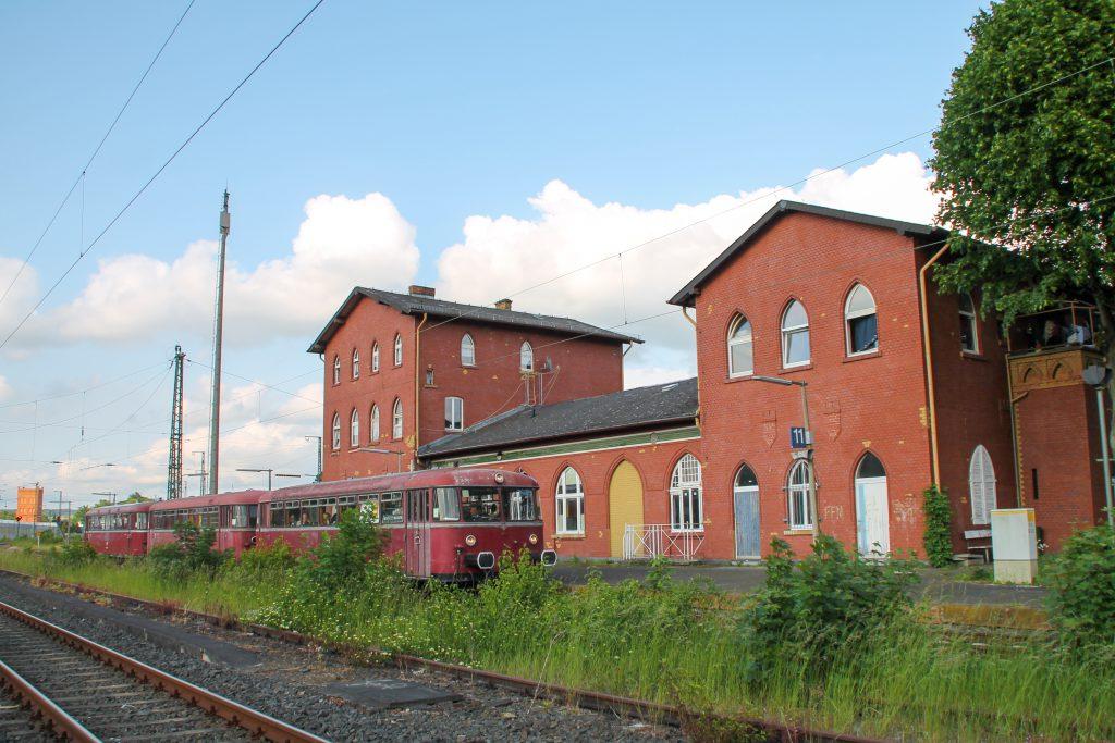996 677, 996 310 und 798 829 halten vor dem Bahnhofsgebäude in Lollar, aufgenommen am 25.05.2015.