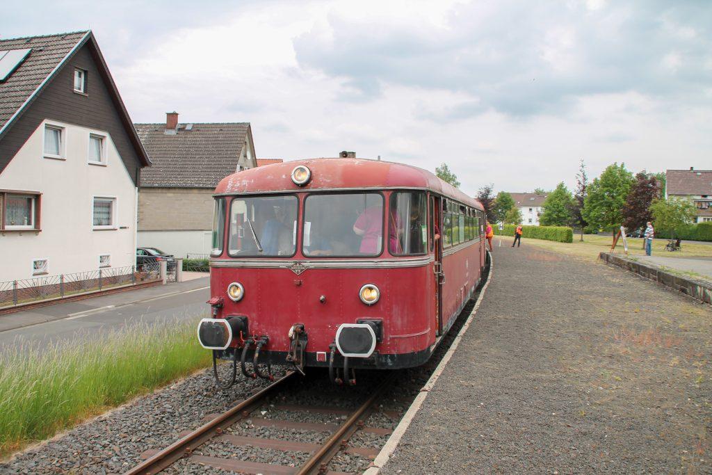 798 829, 996 310 und 996 677 halten am Haltepunkt Mainzlar auf der Lumdatalbahn, aufgenommen am 25.05.2015.