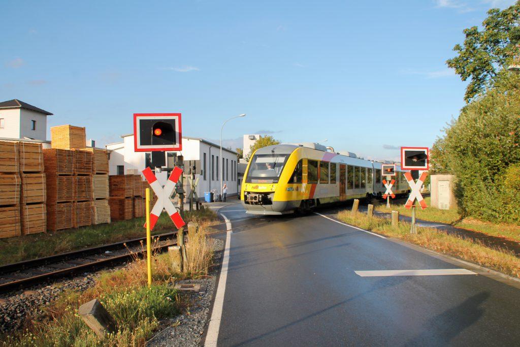 648 011 am Bahnübergang am Palettenwerk in Mainzlar auf der Lumdatalbahn, aufgenommen am 04.09.2016.