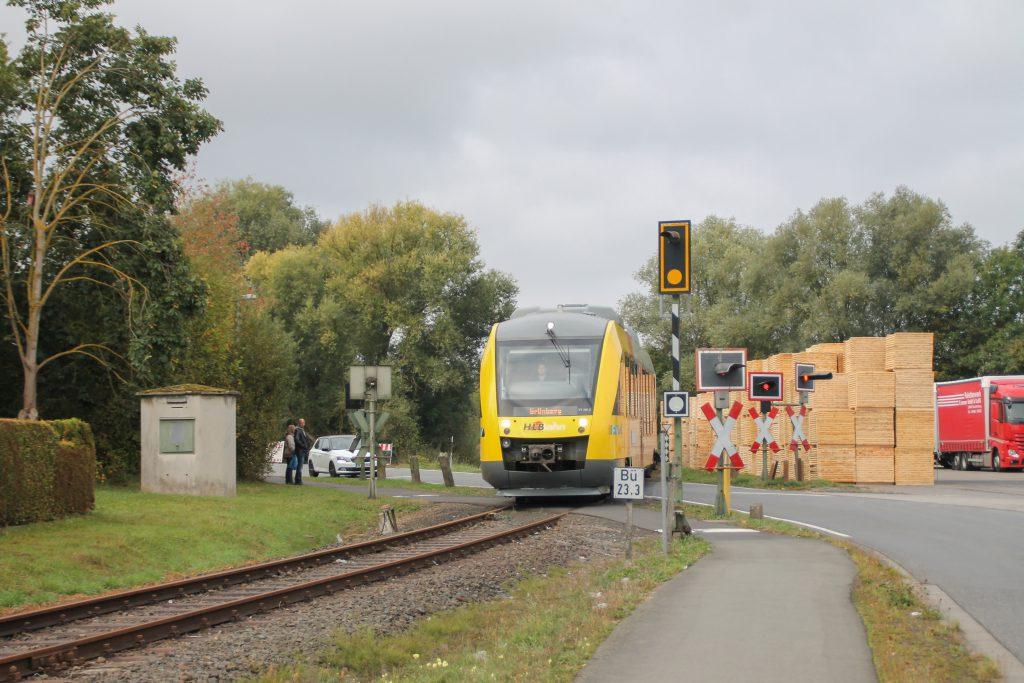 648 021 und 648 027 der HLB überqueren einen Bahnübergang in Mainzlar auf der Lumdatalbahn, aufgenommen am 09.10.2016.