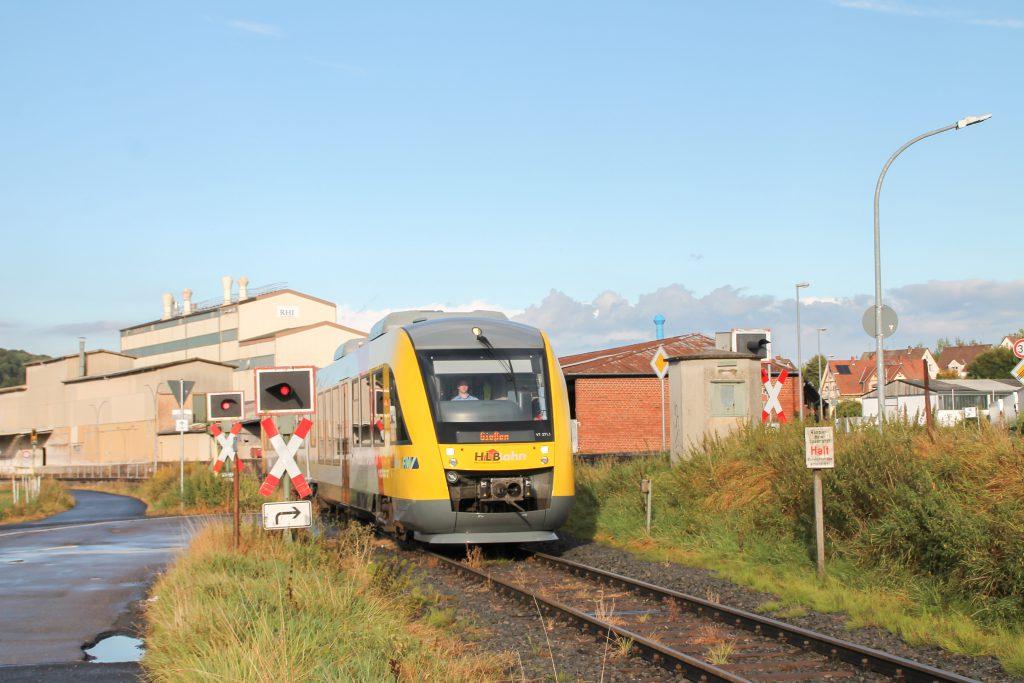 648 011 am Bahnübergang an den Didier-Werken in Mainzlar auf der Lumdatalbahn, aufgenommen am 04.09.2016.