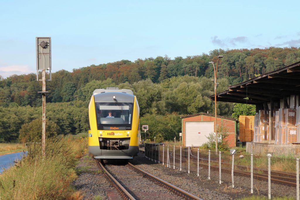 648 011 am Lokschuppen der Didier-Werke in Mainzlar auf der Lumdatalbahn, aufgenommen am 04.09.2016.