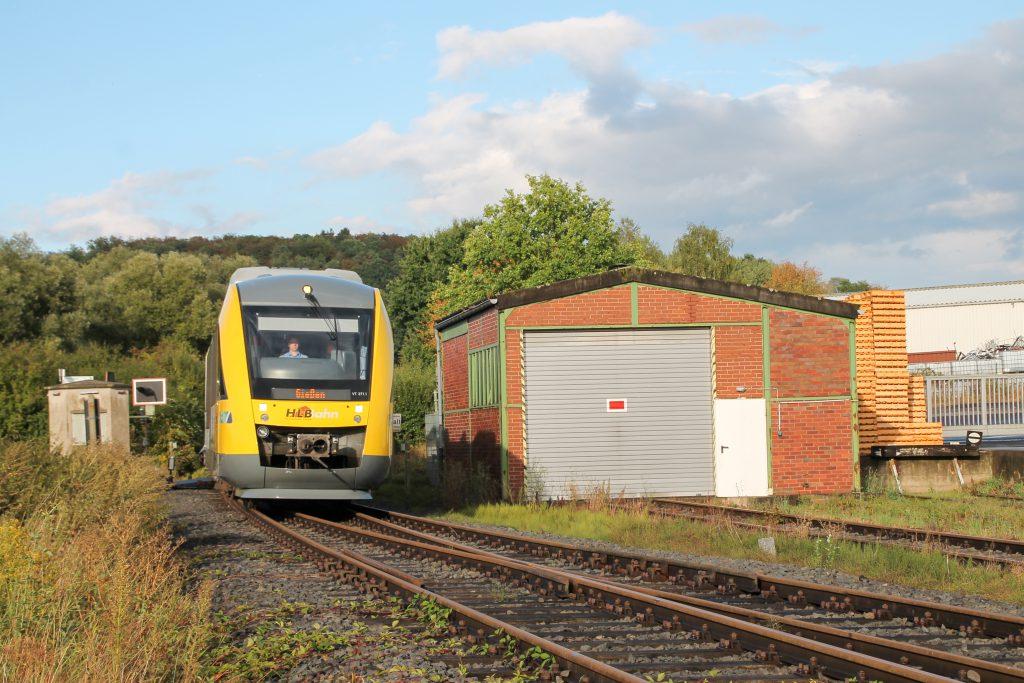 648 011 überquert den Bahnübergang am Streckenende der Lumdatalbahn in Mainzlar, aufgenommen am 04.09.2016.