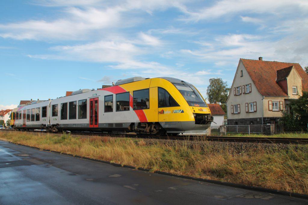 648 011 durchquert Mainzlar auf der Lumdatalbahn, aufgenommen am 04.09.2016.