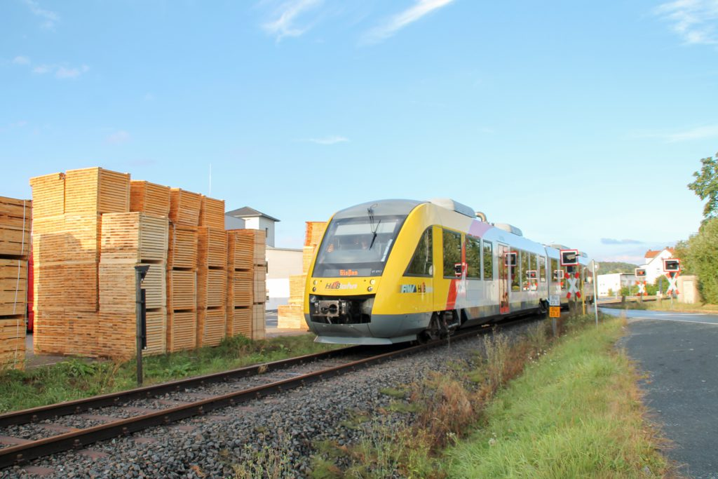 648 011 verlässt den Bahnübergang am Palettenwerk in Mainzlar auf der Lumdatalbahn, aufgenommen am 04.09.2016.