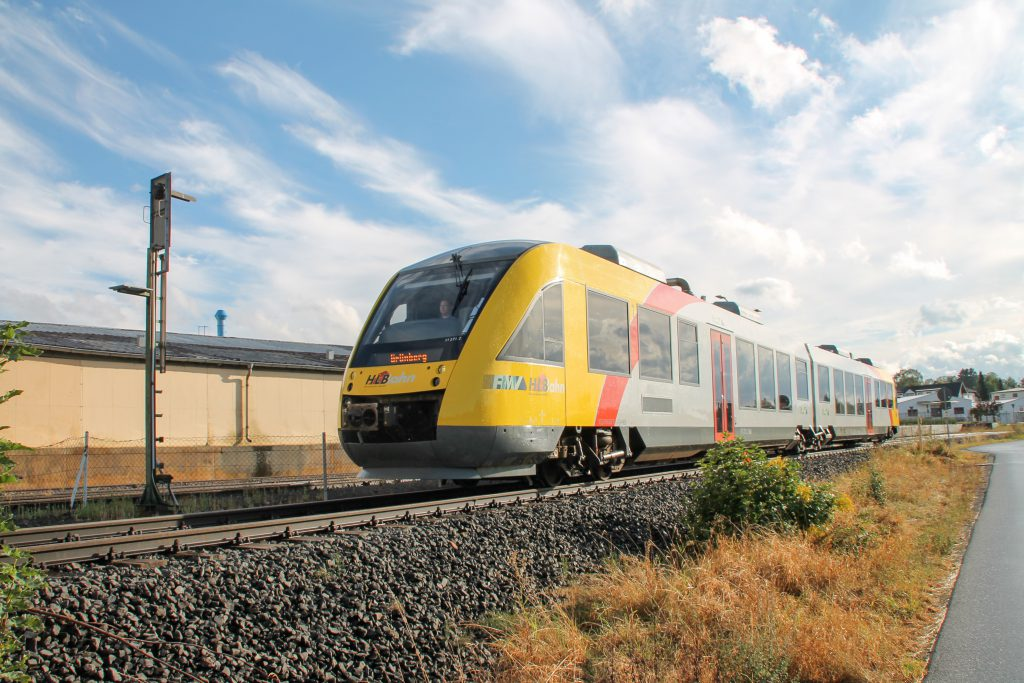 648 011 an einem Überwachungssignal in Mainzlar auf der Lumdatalbahn, aufgenommen am 04.09.2016.