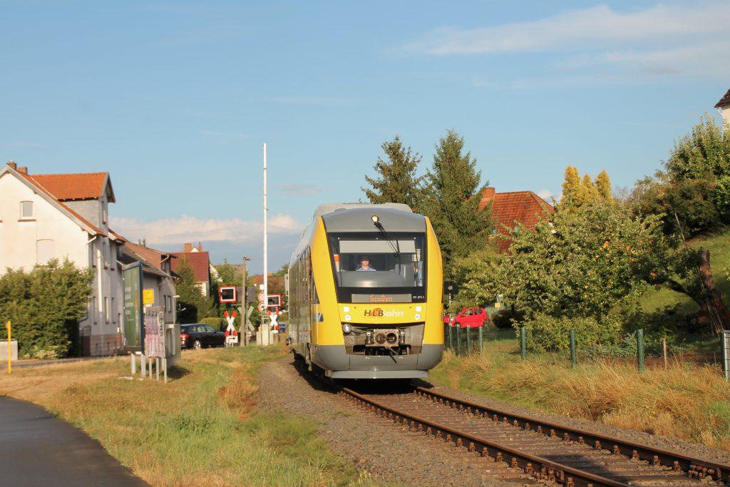 648 011 zwischen den beiden Bahnübergängen in Mainzlar auf der Lumdatalbahn, aufgenommen am 04.09.2016.