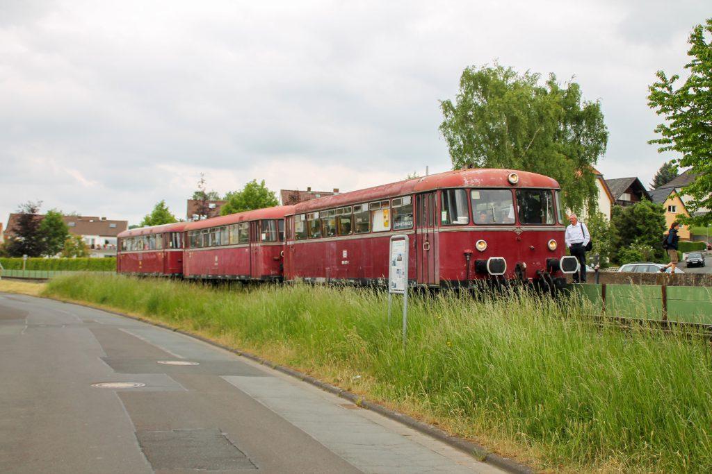 996 677, 996 310 und 798 829 der OEF halten am Haltepunkt Mainzlar auf der Lumdatalbahn, aufgenommen am 25.05.2015.