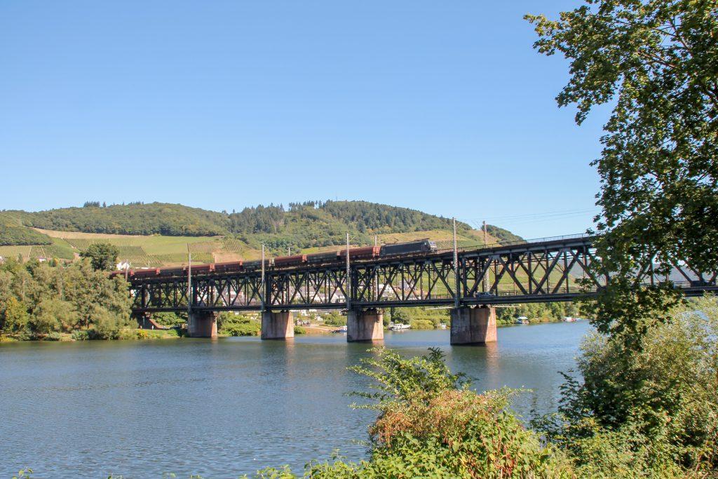 185 551 auf der Doppelstockbrücke bei Bullay auf der Moselstrecke, aufgenommen am 24.08.2016.