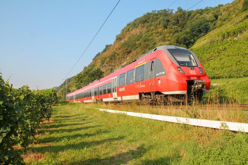 442 202 der DB bei Lehmen auf der Moselstrecke, aufgenommen am 27.08.2016.