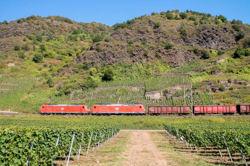 185 038 und 185 027 mit einem Güterzug in den Weinbergen bei Pommern auf der Moselstrecke, aufgenommen am 27.08.2016.