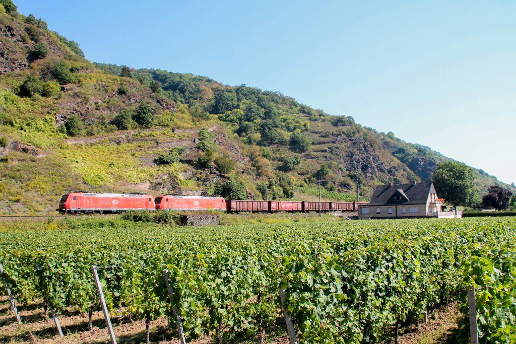185 038 und 185 027 mit einem Güterzug bei Pommern auf der Moselstrecke, aufgenommen am 27.08.2016.