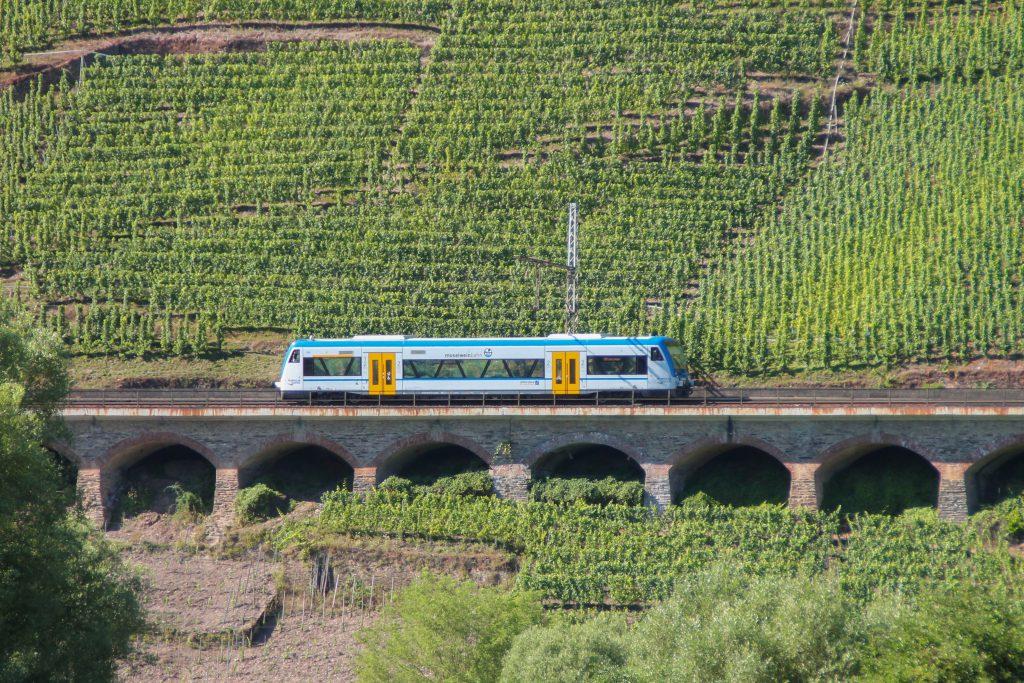 Ein 650 von Rhenus Veniro überquert das Pündericher Hangviadukt auf der Moselstrecke, aufgenommen am 24.08.2016.