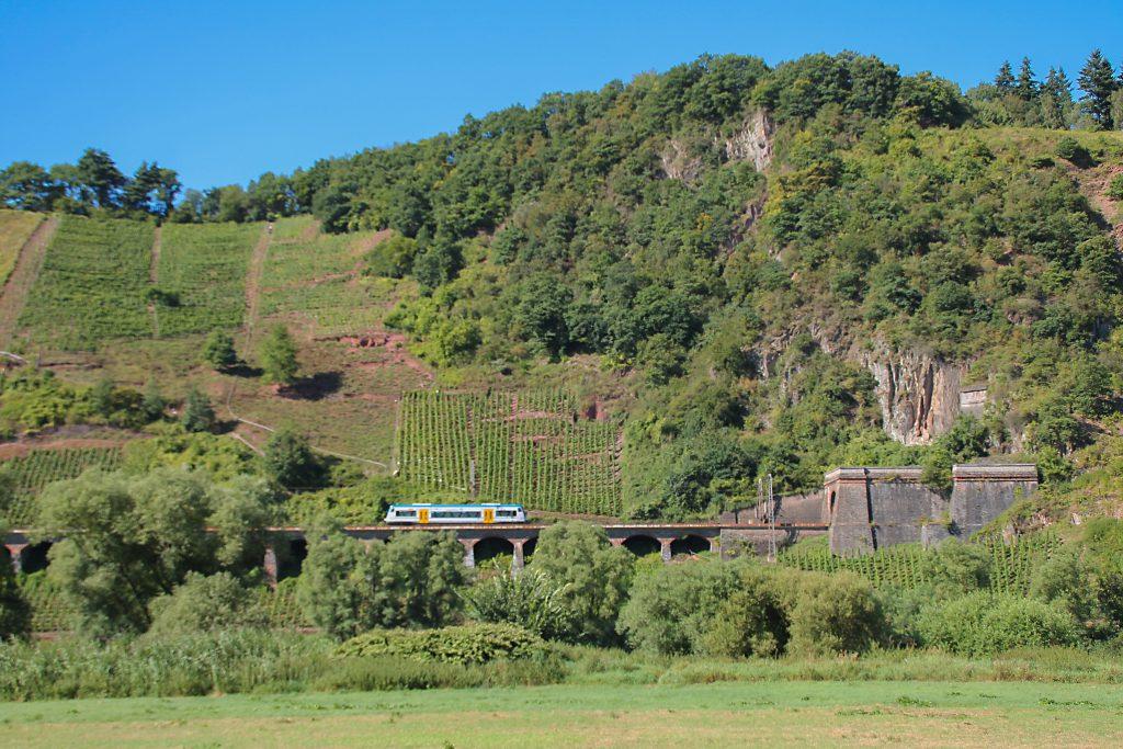 Ein 650 von Rhenus Veniro verlässt den Prinzenkopftunnel auf der Moselstrecke und befährt das Pündericher Hangviadukt, aufgenommen am 24.08.2016.