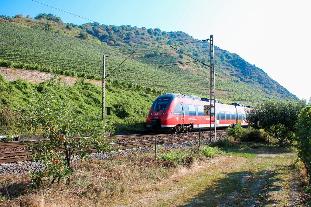 442 205 der DB bei Treis-Karden auf der Moselstrecke, aufgenommen am 27.08.2016.