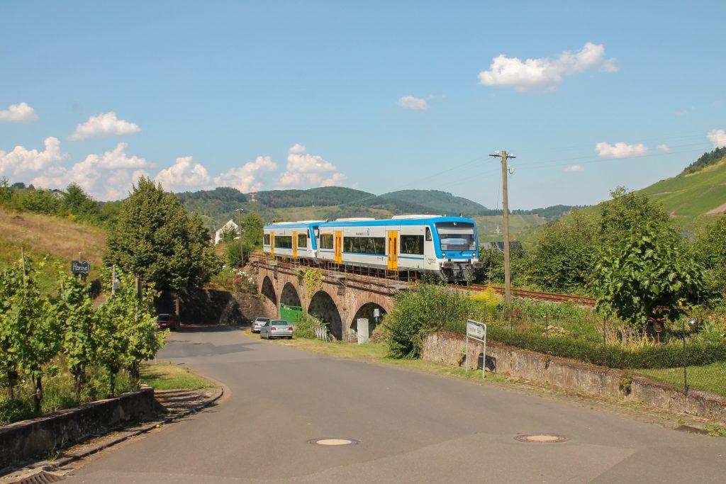 650 132 und 650 131 von Rhenus Veniro überqueren ein Viadukt in Reil auf der Moselweinbahn, aufgenommen am 27.08.2016.