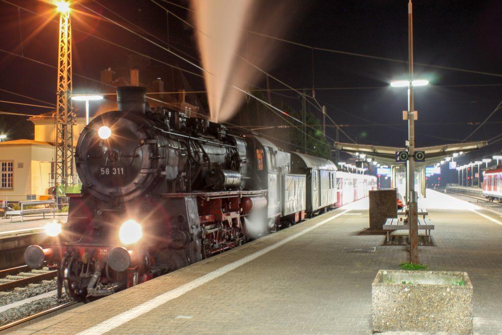 58 311 macht im Bahnhof Friedberg einen Zwischenstop, im Schlepp hängen 996 677, 798 589, 998 184 und 798 829, aufgenommen am 03.10.2014.