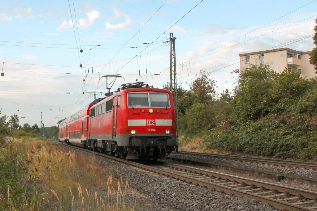 111 194 kurz vor Langgöns auf der Main-Weser-Bahn, aufgenommen am 19.06.2016.