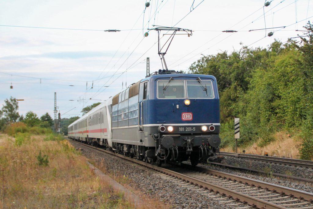 181 201 durcheilt mit einem Intercity durch Langgöns auf der Main-Weser-Bahn, aufgenommen am 19.06.2016.