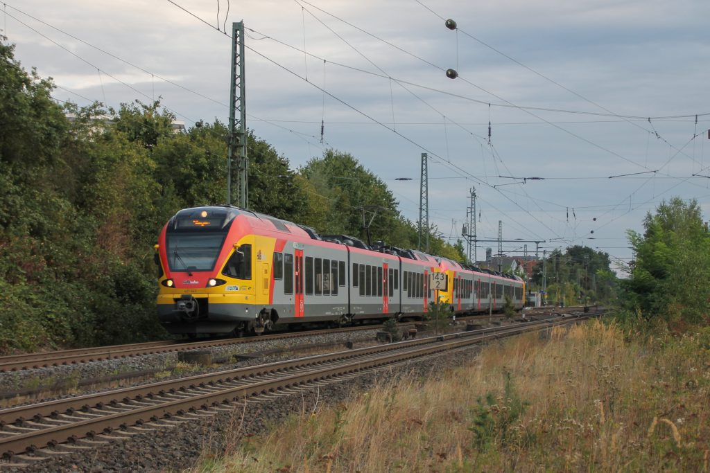 Zwei FLIRT der HLB durcheilen Langgöns auf der Main-Weser-Bahn, aufgenommen am 19.06.2016.