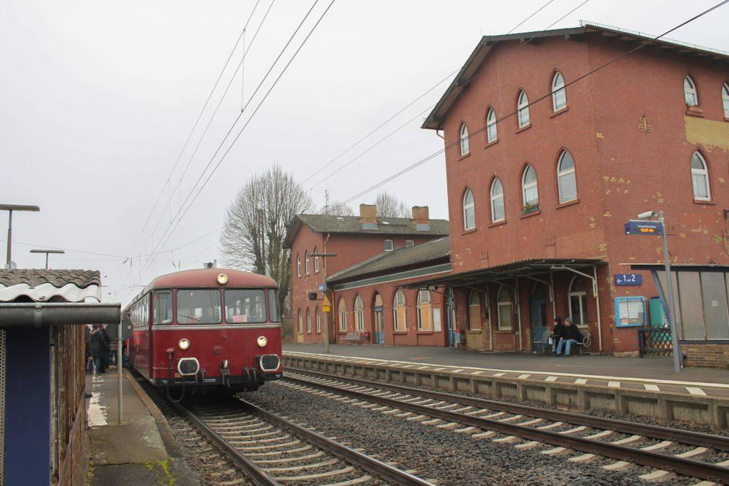 798 829 hält im Bahnhof Lollar, aufgenommen am 07.12.2016.