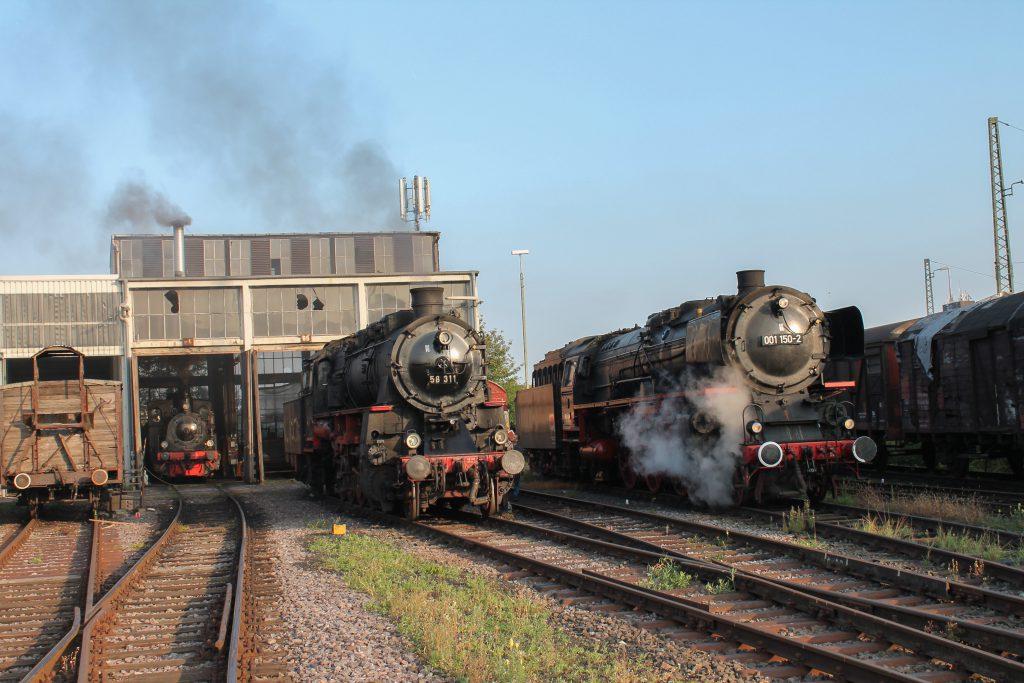 Im Bw Neustadt (Weinstraße) stehen 58 311 und 001 150, aufgenommen am 03.10.2014.