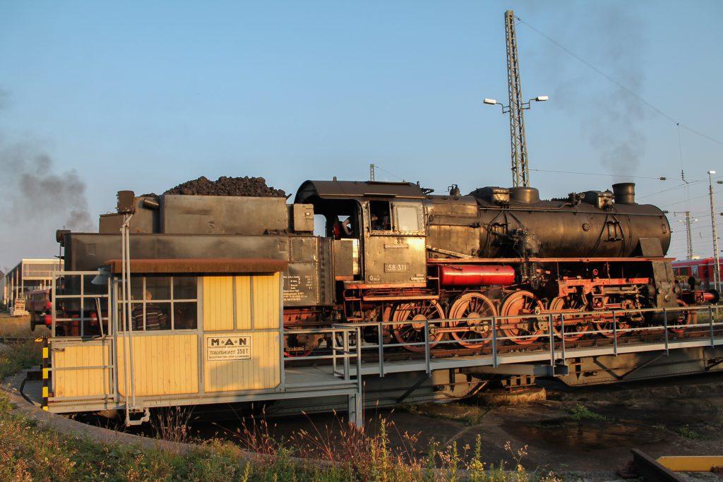 Im Bw Neustadt (Weinstraße) sonnt 58 311 sich auf der Drehscheibe, aufgenommen am 03.10.2014.