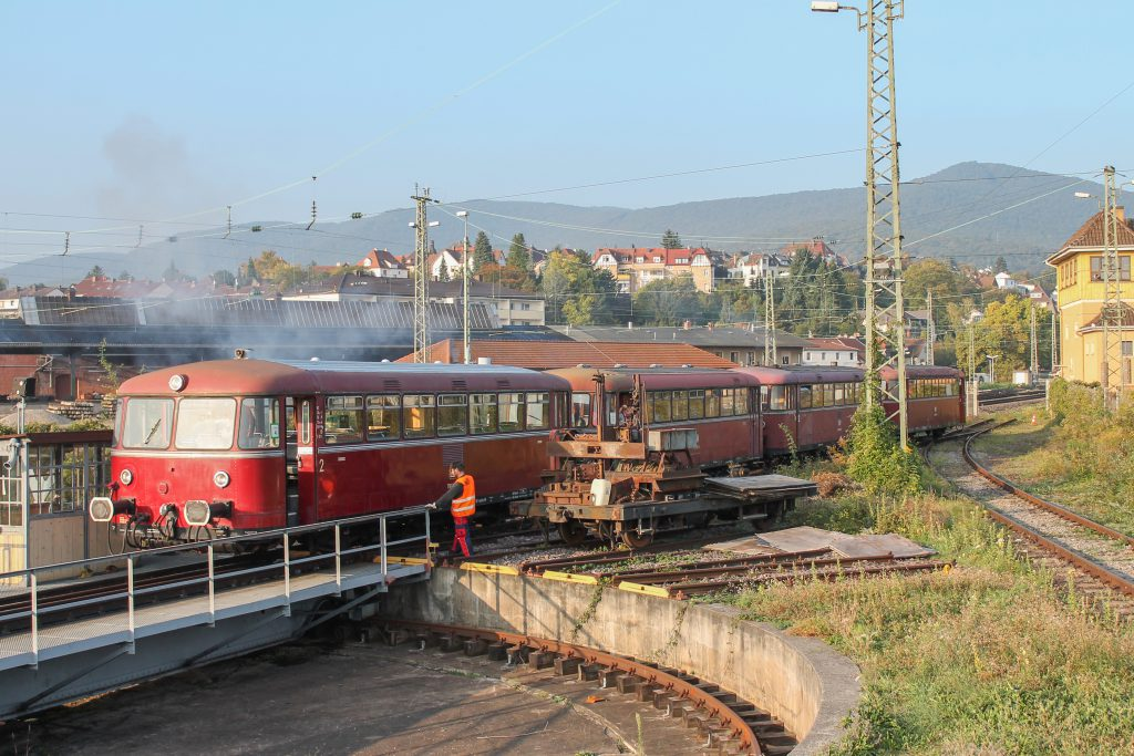 Im Bw Neustadt (Weinstraße) stehen 798 829, 998 184, 798 589 und 996 677, aufgenommen am 03.10.2014.