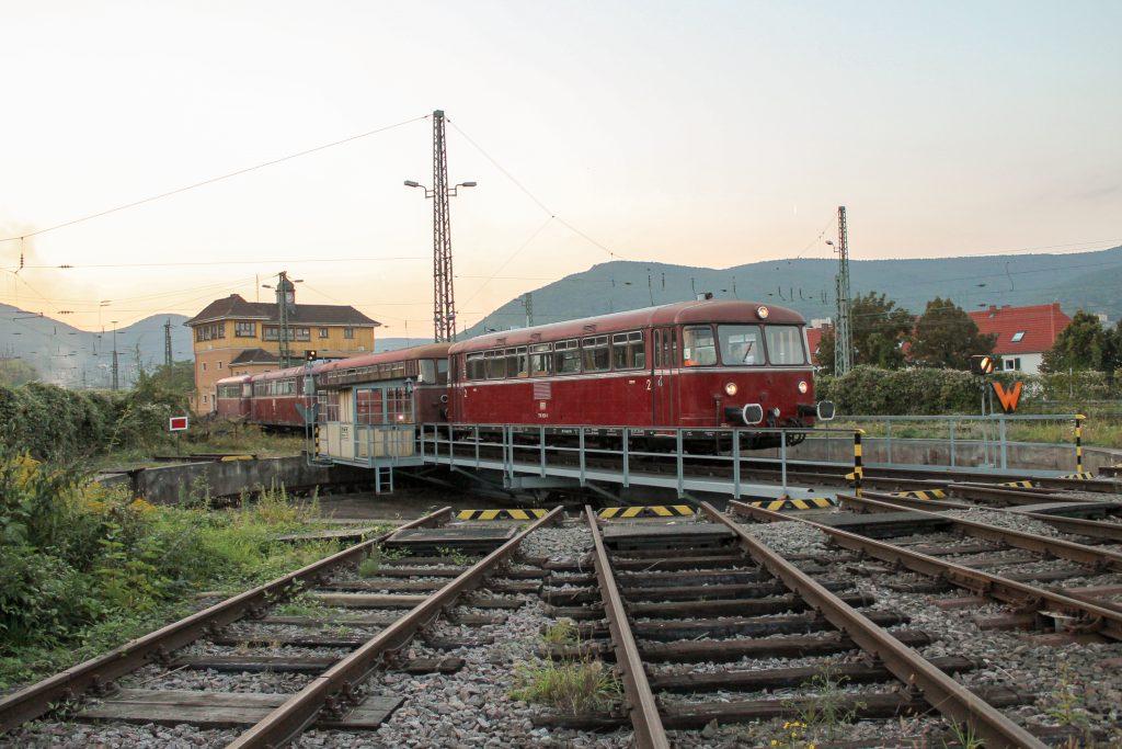 Über die Drehscheibe im Bw Neustadt (Weinstraße) fahren 798 829, 998 184, 798 589 und 996 677, aufgenommen am 03.10.2014.